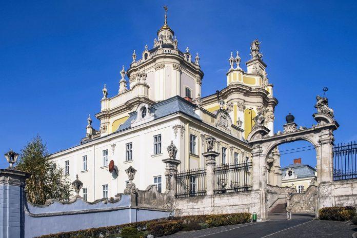 ukraine-lemberg-die-st-georgs-kathedrale-in-der-historischen-altstadt-von-lemberg-blickt-majestacc88tisch-auf-die-malerische-historische-hauptstadt-der-westlichen-ukraine-herab-dmitrydesign-696x464.jpg